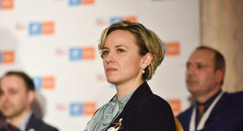 Deputatul USR Cosette Chichirău ,ajunsă din urmă de fiscului american.Dovada că parlamentarul este incompatibil