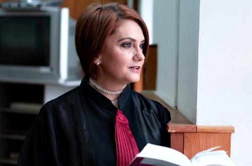 """Judecătoarea Adriana Stoicescu, i-a transmis un mesaj ministrului Justiţiei, Stelian Ion, cerându-i să plece de la conducerea instituţiei. """"Plecaţi acasă, domnule Stelian Ion, pseudoministrul injustiţiei! Judecătorii nu sunt preşul dumneavoastră!"""