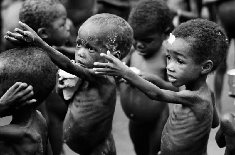 Foamete în Madagascar: oamenii mănâncă lăcuste și noroi pentru a supraviețui