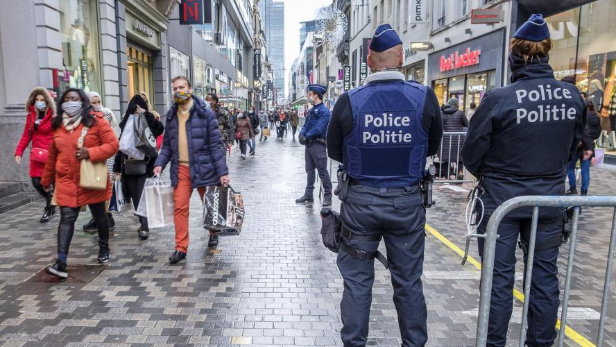 Instanța de poliție Bruxelles: purtarea măștii obligatorii considerată neconstituțională