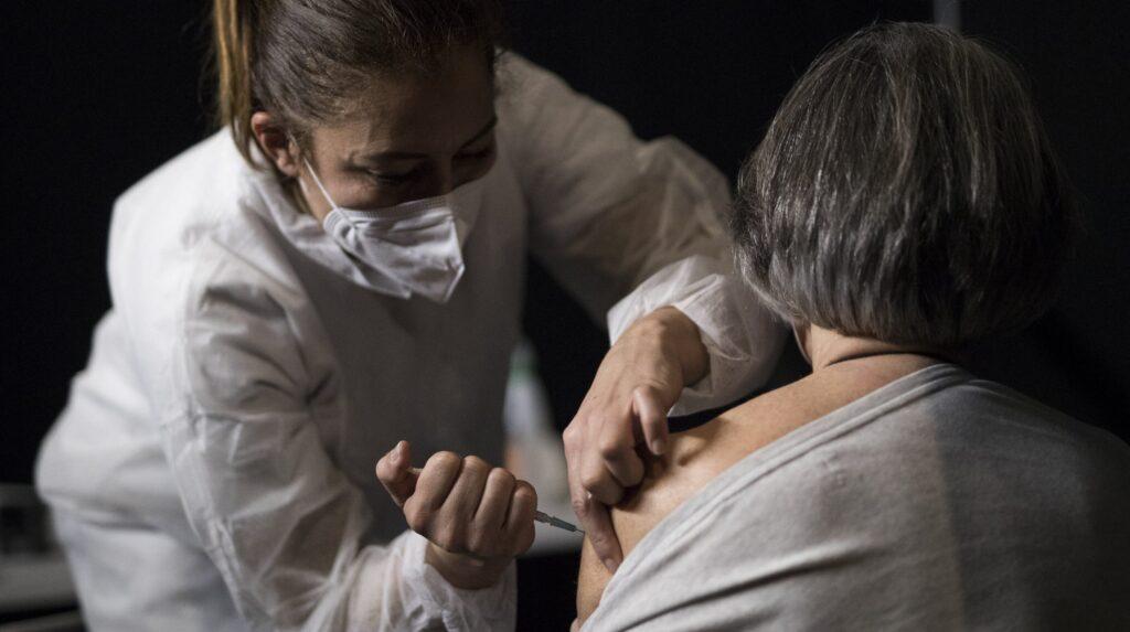 O femeie din Bacău a murit la câteva ore după ce s-a vaccinat.