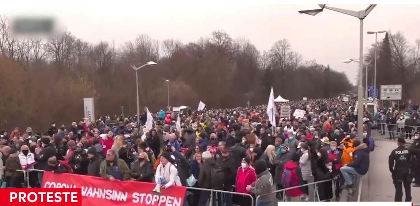 """UNIȚI  într-un glas la graniţe. Germanii şi austriecii strigă """"OPRIŢI CORONA """". Protest inedit la frontiera dintre state.Oamenii sunt nemulţumiţi de măsurile anti-Covid"""
