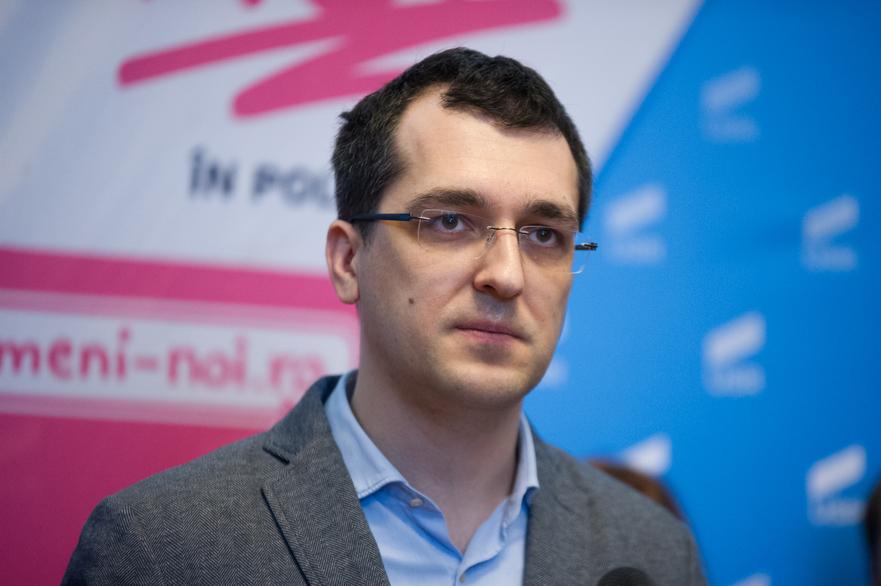 Vlad Voiculescu și-a schimbat CV-ul după acuzațiile că și-ar fi falsificat studiile