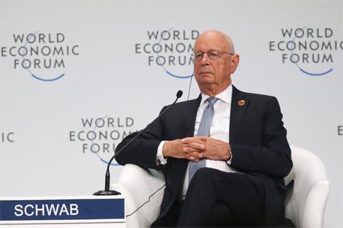 Globalistul Klaus Schwab: Nimeni nu va fi în siguranță atâta timp cât toată lumea nu este vaccinată