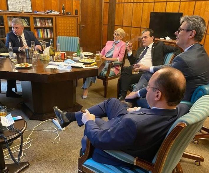 Petrecere fără măști de protecție de ziua lui Ludovic Orban, în Parlament